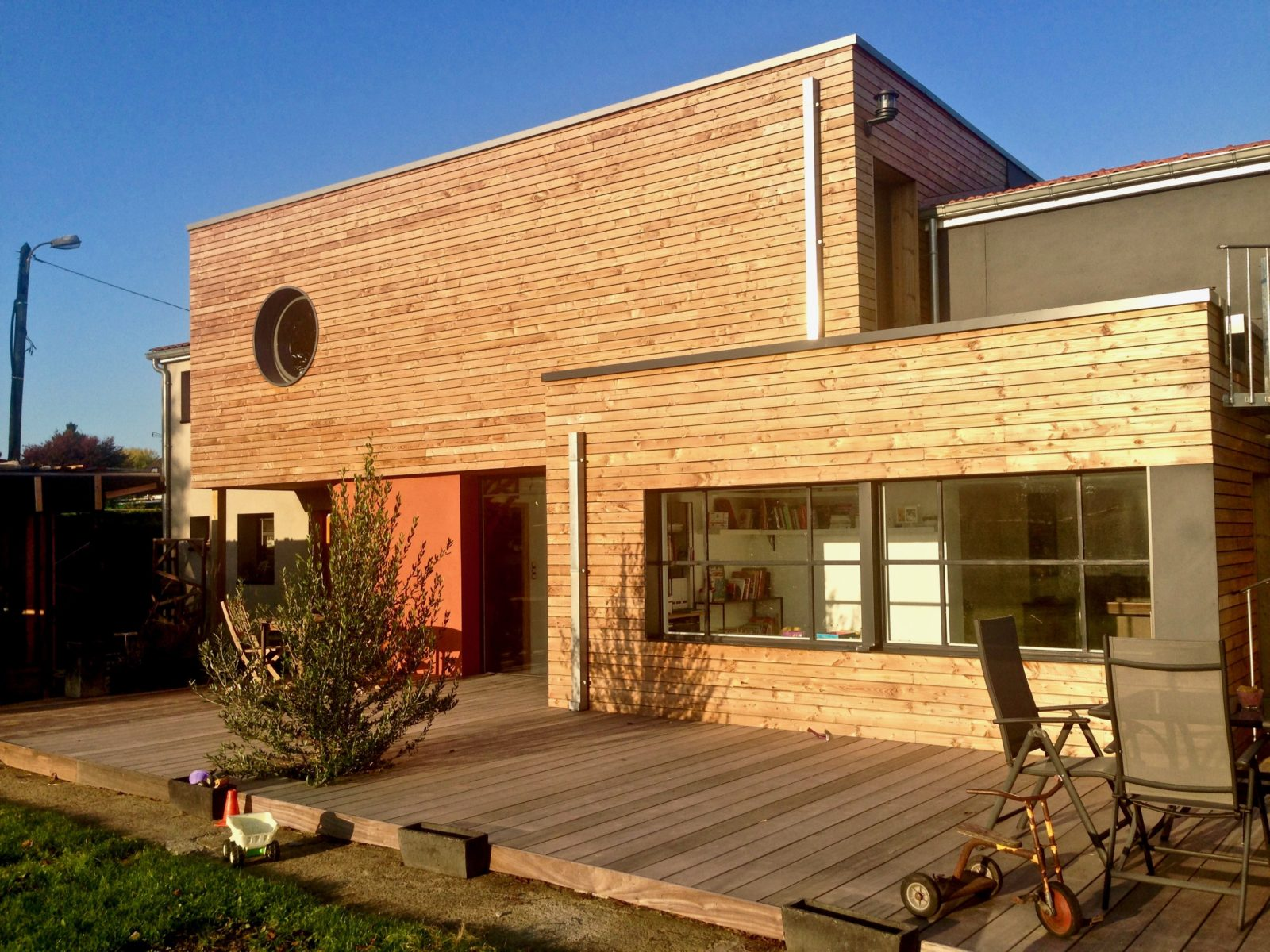 Extension contemporaine en bois et Trespa