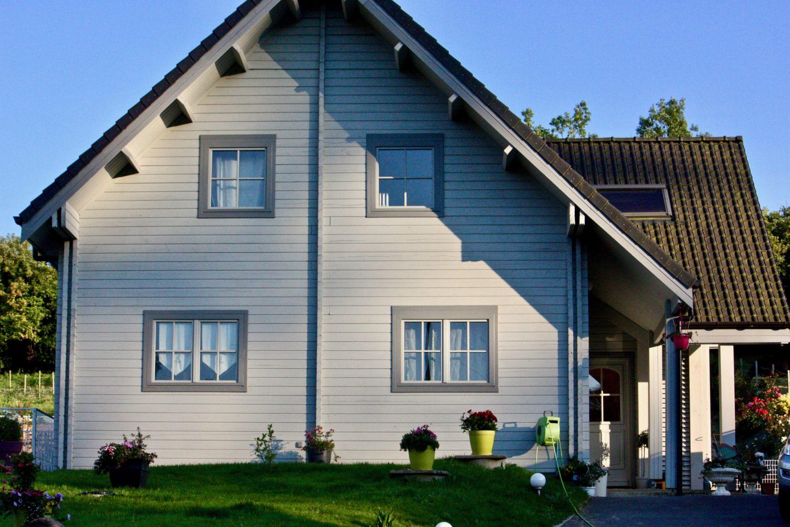 maison en madrier lumineuse avec poutres apparentes 1
