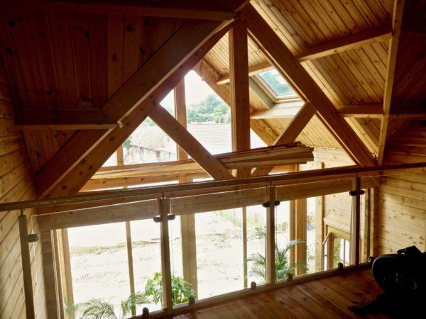 maison en madrier lumineuse avec poutres apparentes