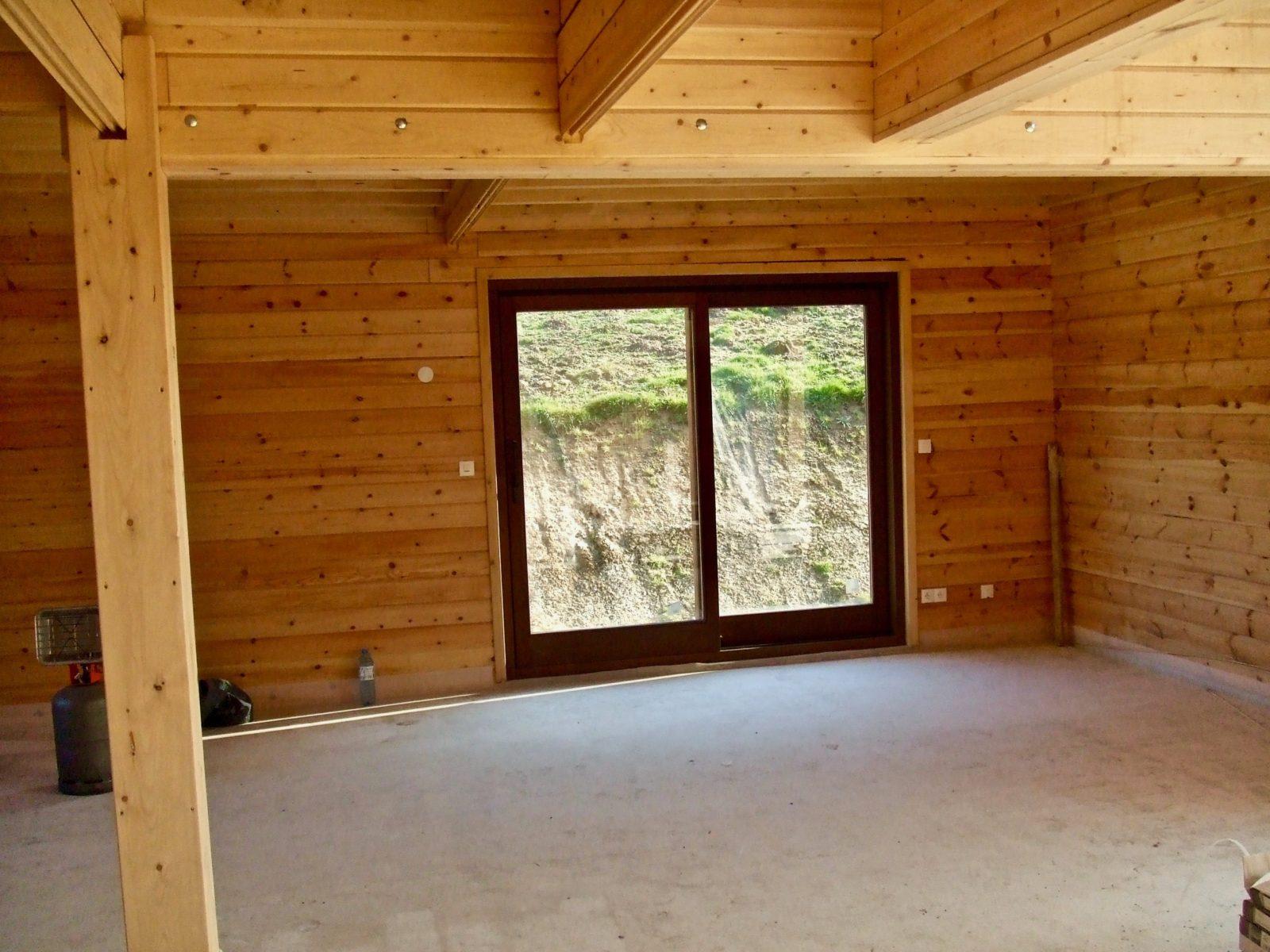 maison en madrier lumineuse avec poutres apparentes 7