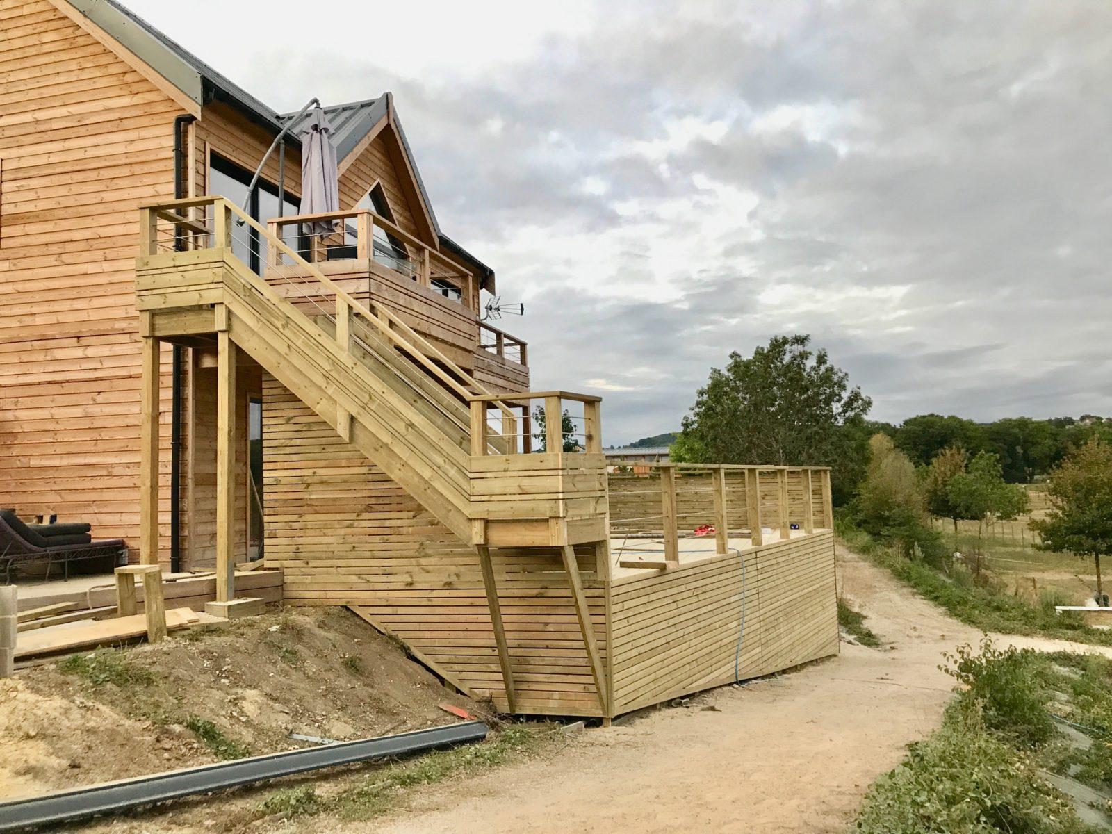 maison type ranch avec terrasse en bois