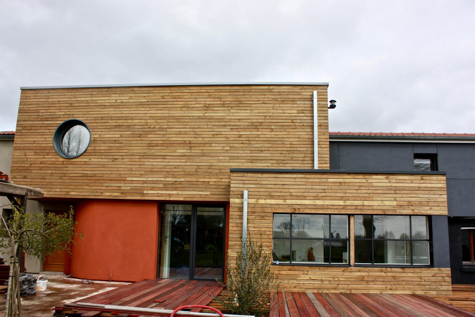 extension contemporaine en bois et Trespa 4