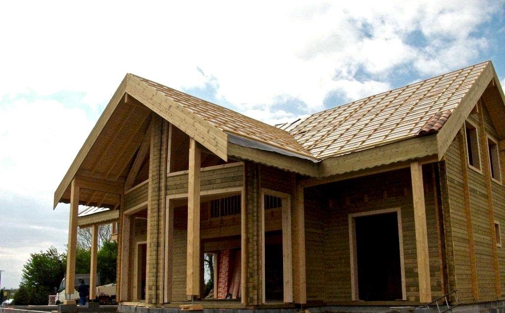 maison en madrier traditionnelle avec porche 1