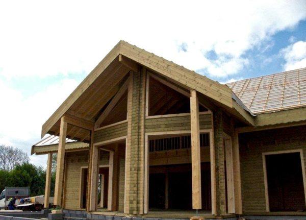 maison en madrier traditionnelle avec porche