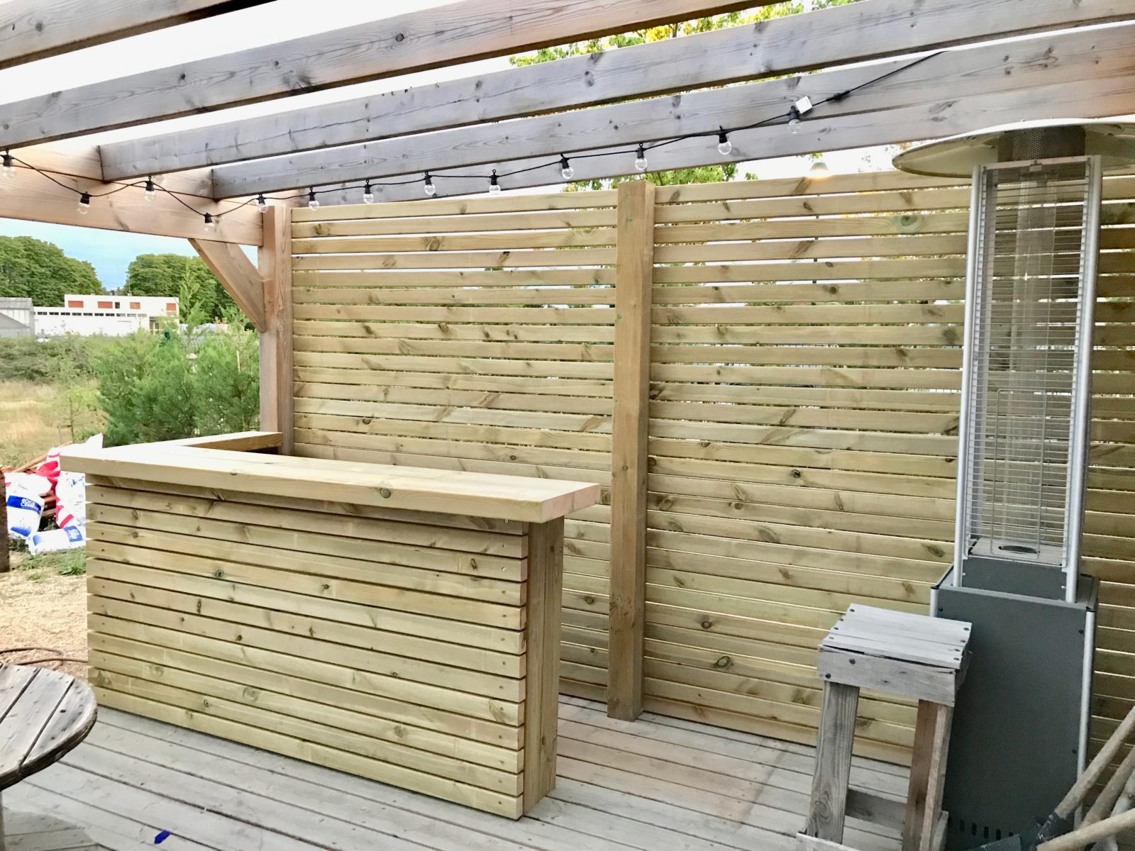 bar maison type ranch avec terrasse en bois